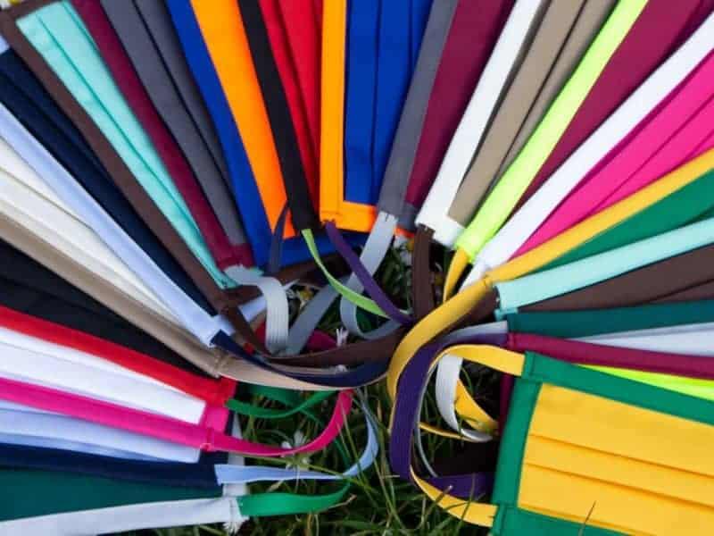 Mund- und Nasenmaske Organic 95 Zweifarbig Farbübersicht auf Wiese liegend