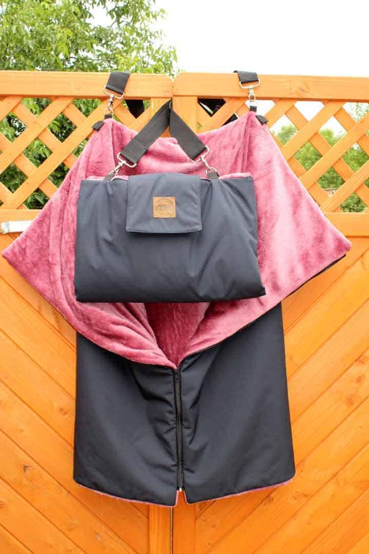 Traumhund® Picknick: Outdoordecke und Tasche Marine Berry aufgeklappt