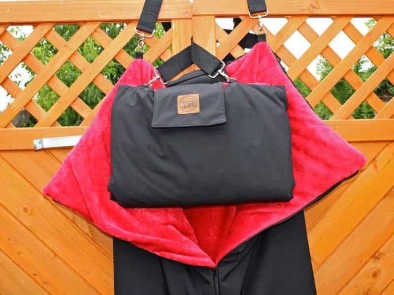 Traumhund® Picknick: Outdoordecke und Tasche Schwarz Rot an Wand
