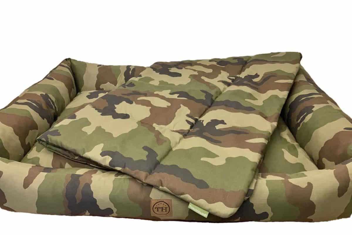 Hundebett und Hundedecke Adventure Camouflage freigestellt