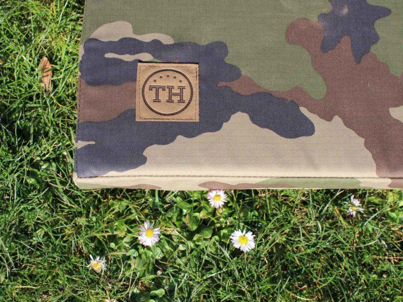 Hundematte Adventure Camouflage Detail auf Rasen